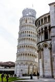 Pisa, Itali? - Maart 17, 2012: Mensen die dichtbij de Toren van Di Pisa lopen van Pisa Torre stock fotografie
