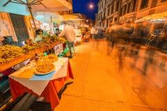 PISA, ITALIA - 16 DE JUNIO DE 2014: Tabla preparada al aire libre en un ce de la ciudad Imagen de archivo libre de regalías