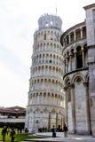 Pisa, Italia - 17 de marzo de 2012: Gente que camina cerca de la torre de los di Pisa de Pisa Torre fotografía de archivo