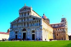 PISA ITALIEN - CIRCA FEBRUARI 2018: Pisa domkyrka med det lutande tornet i bakgrunden på fyrkanten av mirakel arkivfoto