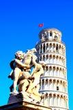 PISA ITALIEN - CIRCA FEBRUARI 2018: Springbrunnen med änglar och det lutande tornet av Pisa på fyrkanten av mirakel arkivbild
