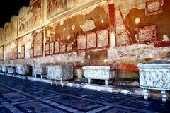 PISA, ITALIEN - CIRCA IM FEBRUAR 2018: Der Innenraum des monumentalen Kirchhofs am Quadrat von Wundern lizenzfreies stockfoto
