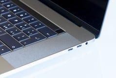 PISA, ITALIEN - DEZEMBER 2016: Pro-15 Zoll Macbook mit touchbar Lizenzfreie Stockfotos