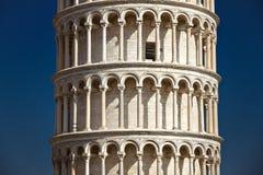 Pisa Italien, Februari 2019, slut upp sikten av det detaljerat på den huvudsakliga kroppen av det lutande tornet av Pisa arkivfoto