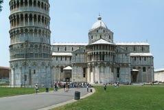 Pisa Italien, 18 Juli 2006: Turister som besöker det lutande tornet a Arkivfoton