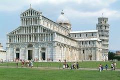 Pisa Italien, 18 Juli 2006: Turister som besöker det lutande tornet a Fotografering för Bildbyråer