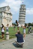 Pisa Italien, 18 Juli 2006: Turister som besöker det lutande tornet a Arkivbilder