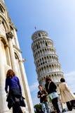 Pisa Italien - mars 17, 2012: Folk som går nära tornet av Pisa Torre di Pisa Det är ett fristående klockatorn av royaltyfri foto