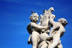 PISA ITALIEN - Oktober 30, 2011: Fontana dei Putti på piazzadeien Miracoli med änglar med duvor på änglars huvud arkivbild
