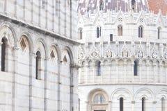 Pisa, Italy Vista do Baptistery de Pisa de St John Battistero di San Giovanni e de catedral de Pisa imagem de stock royalty free