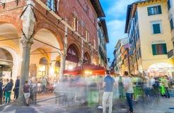 PISA - JUNI 16, 2015: De toeristen en de plaatselijke bewoners bij nacht genieten van beroemd Royalty-vrije Stock Foto's