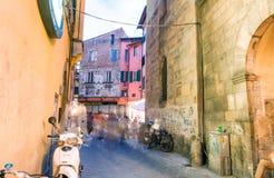 PISA - JUNI 16, 2015: De toeristen en de plaatselijke bewoners bij nacht genieten van beroemd Stock Afbeeldingen