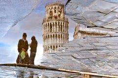Pisa - lutande reflekterade torn och par Royaltyfria Bilder