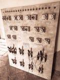 Pisa - Mei 25, 2019 - Oud elektropaneel met diverse hefbomen en emulsies stock afbeeldingen