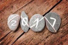 2017 pisać na linii kamienie na drewnianym tle Fotografia Royalty Free