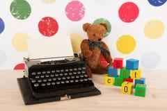 Pisać na maszynie pisarza i rocznika zabawki Obraz Stock