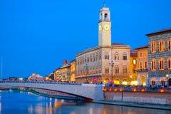 Pisa na noite, com uma opinião o Ponte di Mezzo no rio de Arno Imagens de Stock