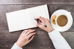 Pisać na pustym rozprzestrzeniającym mockup (pustego miejsca) książki notatka, dzienniczek (,) Zdjęcia Stock