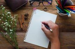 Pisać notatka na drewnianym stole Fotografia Royalty Free