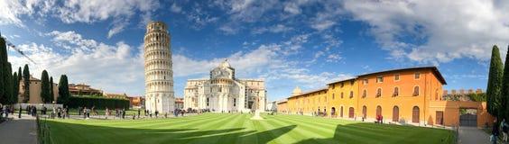 PISA, PAŹDZIERNIK - 10, 2016: Turyści w kwadracie cudy Pisa przy Zdjęcie Stock