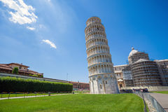Pisa Piazza del Duomo, med det lutande tornet för basilika Arkivbilder
