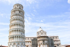 Pisa, posto dei miracoli la torre pendente ed il battistero della cattedrale, Italia Immagini Stock