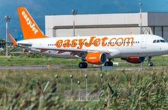PISA, SIERPIEŃ - 25, 2015: Easyjet lot w Galilei lotnisku Easyj Fotografia Stock