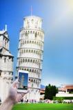 Pisa torn med blå himmel under lopp i Italien arkivfoton