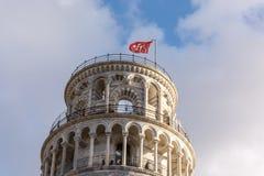 Pisa torndetalj - uppvisning av det bästa takområdet med den röda flaggan 3 royaltyfria foton