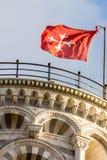 Pisa torndetalj - uppvisning av det bästa takområdet med den röda flaggan arkivbilder