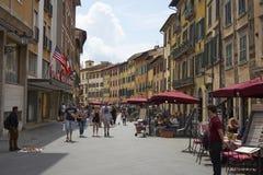 Pisa/Toscana/Italia/mayo de 2018: espera de los vendedores y de los camareros para fotografía de archivo libre de regalías
