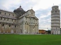 14 06 2017, Pisa, Toscana, Italia: Torre pendente di Pisa vicino al gatto Fotografie Stock Libere da Diritti