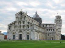 14 06 2017, Pisa, Toscana, Italia: Torre pendente di Pisa vicino al gatto Immagine Stock Libera da Diritti