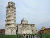 14 06 2017, Pisa, Toscana, Italia: Torre pendente di Pisa vicino al gatto Fotografia Stock Libera da Diritti