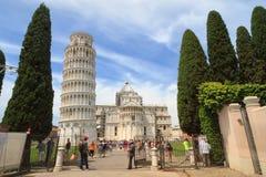 Pisa: Turisti nel quadrato dei miracoli, Toscana, Italia Fotografia Stock