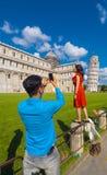 2017 Pisa turyści pozuje dla fotografii PISA WŁOCHY, WRZESIEŃ 13 przy Oparty wierza - Zdjęcia Royalty Free