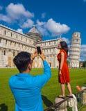 2017 Pisa turyści pozuje dla fotografii PISA WŁOCHY, WRZESIEŃ 13 przy Oparty wierza - Zdjęcie Royalty Free