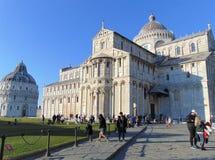 Pisa Tuscany Italien Fyrkant av mirakel, piazzadei Miracoli med turister royaltyfri bild
