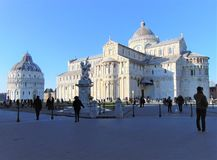 Pisa Tuscany Italien Fyrkant av mirakel, piazzadei Miracoli med turister royaltyfria foton