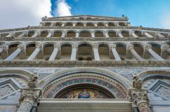 Pisa Tuscany Italien September 9th, 2014 Sikt av den Pisa domkyrkafasaden Santa Maria Assunta, arkitekturdetaljer arkivbilder