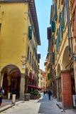 Pisa, Tuscany, Włochy, Maj 2018/: Turystów I miejscowych wędrówki zdjęcie stock