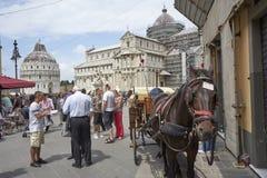 Pisa-vagnar är klara att transportera turister runt om staden royaltyfri fotografi