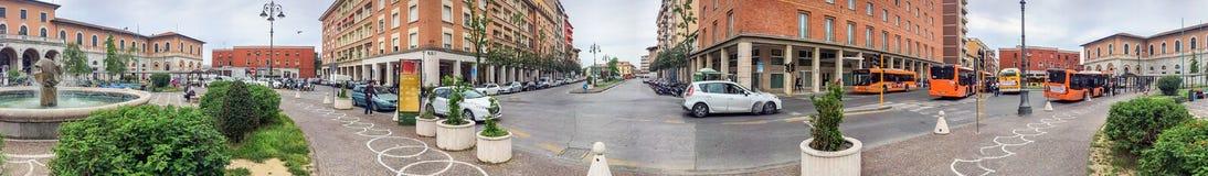 PISA WŁOCHY, KWIECIEŃ, - 2015: Turyści wzdłuż miasto kwadrata, panoramicznego Obraz Stock