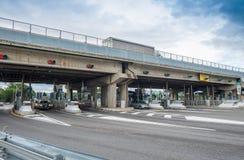 PISA WŁOCHY, PAŹDZIERNIK, - 2, 2015: Międzystanowy turnpike z samochodami Au Zdjęcia Stock