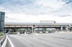 PISA WŁOCHY, PAŹDZIERNIK, - 2, 2015: Międzystanowy turnpike z samochodami Au Fotografia Royalty Free