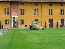14 06 2017, Pisa, Włochy: Statua spadać anioł Igor Mitoraj o Zdjęcie Royalty Free