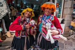 Pisac marknad, Peru - September 2018 - peruanska kvinnor i traditionella kläder royaltyfri foto