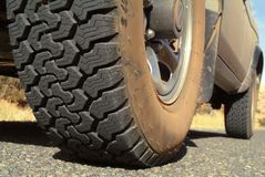 Pisada del neumático de un SUV campo a través. Imágenes de archivo libres de regalías