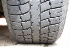 Pisadas de goma en el neumático del coche Foto de archivo