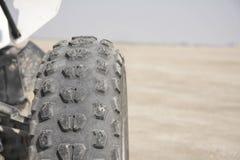 Pisadas y surcos en un neumático de rueda del patio Imagen de archivo